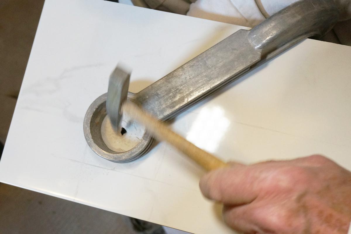 Häufig Ein Loch in eine Fliese bohren, hämmern und schneiden - Tipps GD05