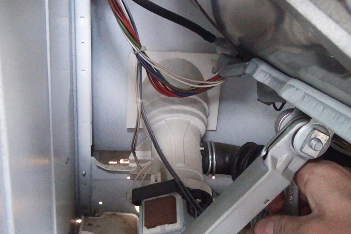 Extrem Bauknecht Waschmaschine: Stoßdämpfer wechseln - Anleitung @ diybook.at UJ41