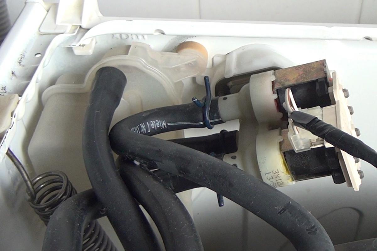 Hervorragend Waschmaschine zieht kein Wasser: 7 mögliche Ursachen - Ratgeber GG54