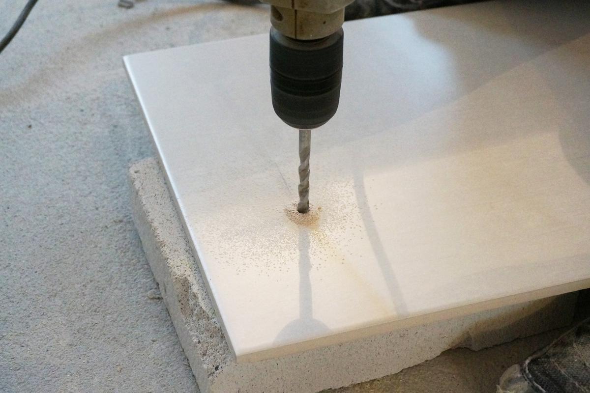 Berühmt Ein Loch in eine Fliese bohren, hämmern und schneiden - Tipps KH24