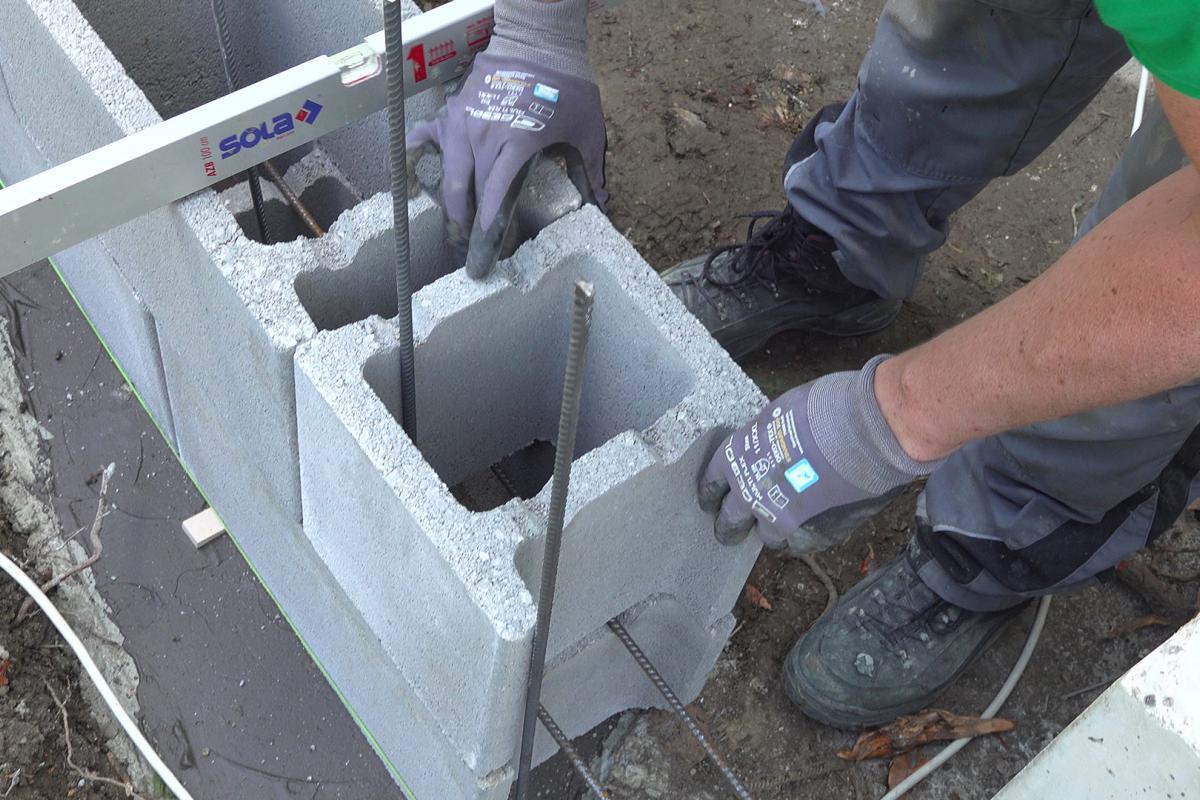 Häufig Stützmauer aus Schalsteinen betonieren - Anleitung @ diybook.at GW11