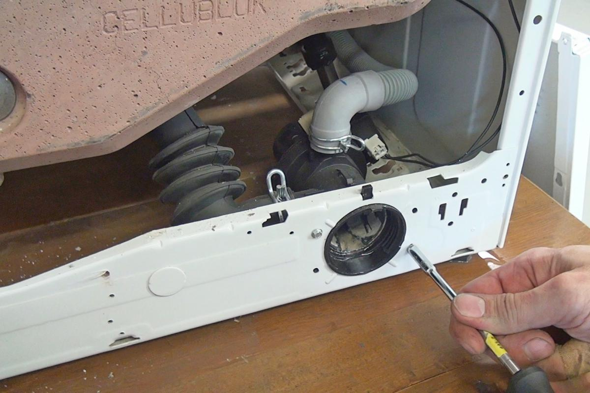 Relativ Bauknecht-Waschmaschine pumpt nicht ab: Pumpe wechseln - Anleitung IQ06