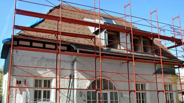 Dach mit Arbeitsgerüst