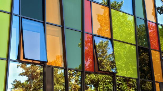 Fassade aus bunten Glasfenstern