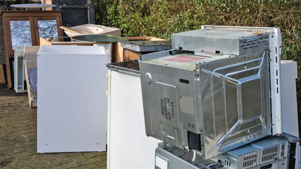 Hof voller ausrangierter Elektrogeräte
