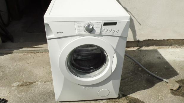 Unter der Gorenje Waschmaschine rinnt Wasser hervor