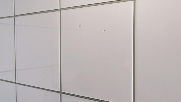 kaputte fliese austauschen mit einsatz von montagekleber. Black Bedroom Furniture Sets. Home Design Ideas