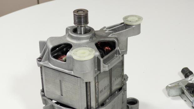 Blick auf den Waschmaschinenmotor