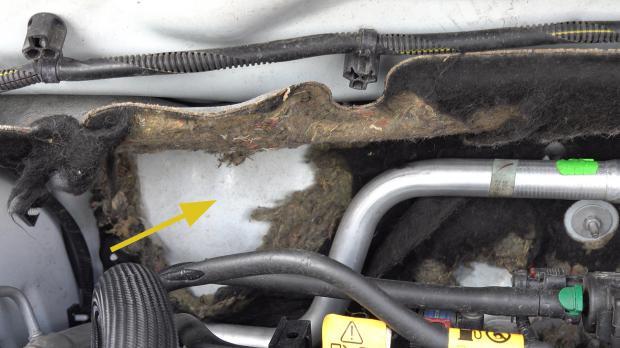 Zerfressene Dämmung im Motorraum