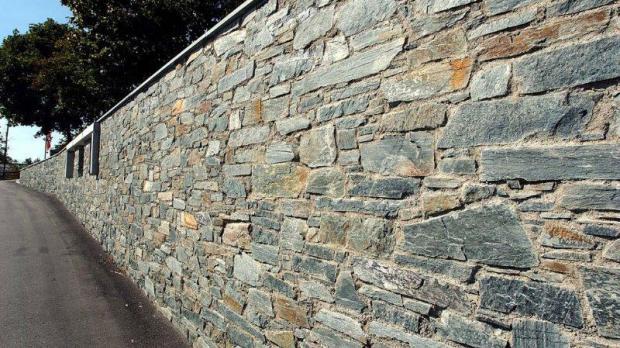 Bruchsteinmauer aus Alpen-Diabas