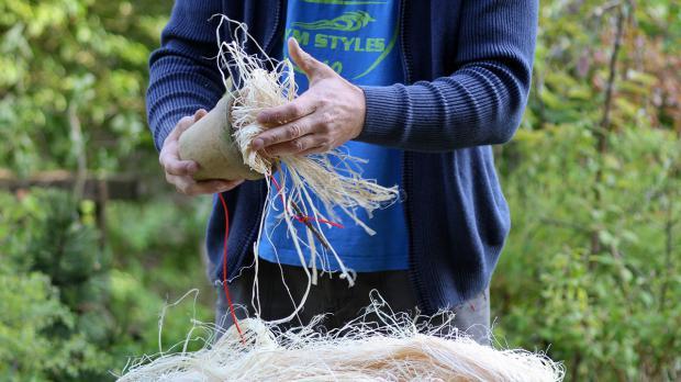 Blumentopf mit Holzwolle füllen