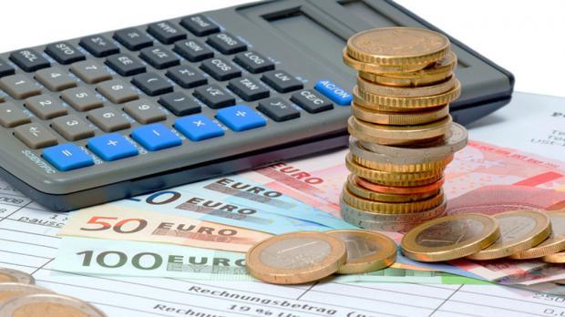 Mit Taschenrechner Haushaltsrechnung erstellen