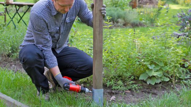Eckpfeiler für Brombeerspalier bauen