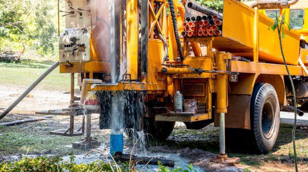 Brunnen bohren mit schwerem Gerät