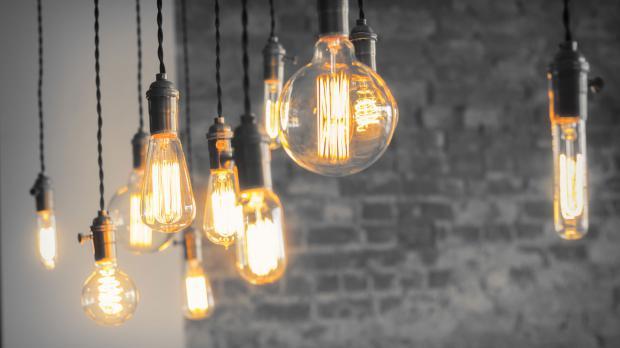 Verschiedene LED-Filamentlampen an der Decke