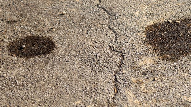 Ölflecken auf dem Garagenboden