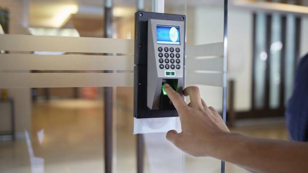 Fingerabdruck-Sensor an der Bürotür