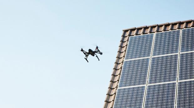 Drohne prüft Solarpaneele mit Wärmebildkamera
