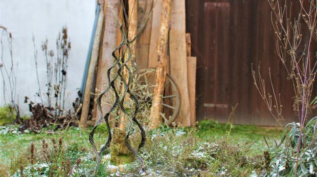Dekorative Weidenspirale im Garten