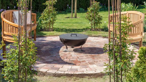 Gepflasterte Feuerstelle im Garten