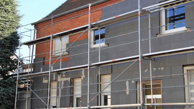 Fassadendämmung wird angebracht