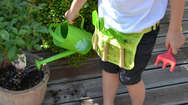 Kind mit Junior-Gartenwerkzeug