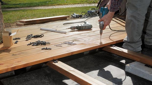 Terrassendielen auf die Unterkonstruktion schrauben