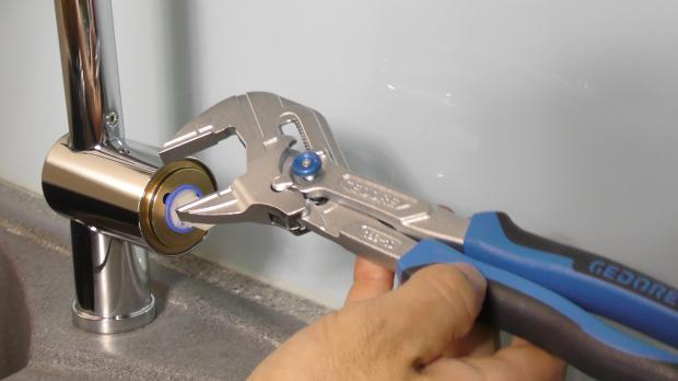 Zangenschlüssel bereitlegen