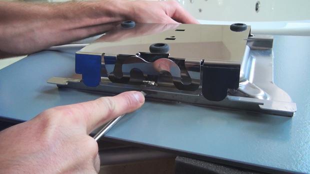 Montageplatte der Infrarotheizung lösen