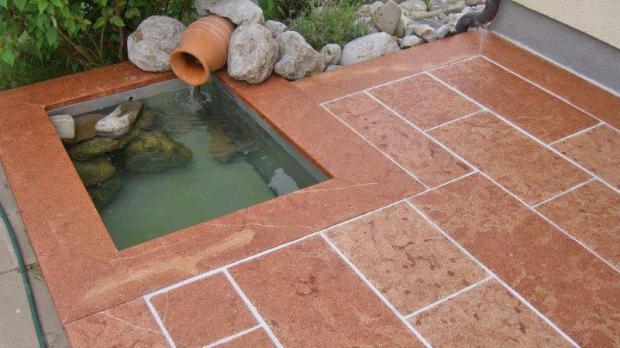Brunnenfläche aus rotem Marmor