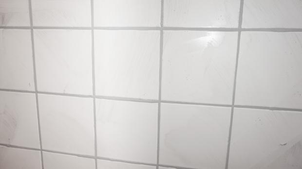 Weie fugen reinigen cheap bildtitel clean grout between floor tiles step with weie fugen - Badezimmer putzen anleitung ...
