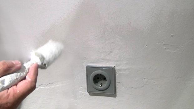 Wasserflecken an der wand entfernen isolieren - Wasserschaden wand ...