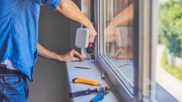 Fenstereinbau: Rahmen festschrauben