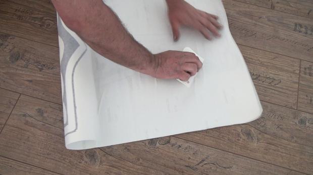 Trägerfolie mit Plastikspachtel bearbeiten