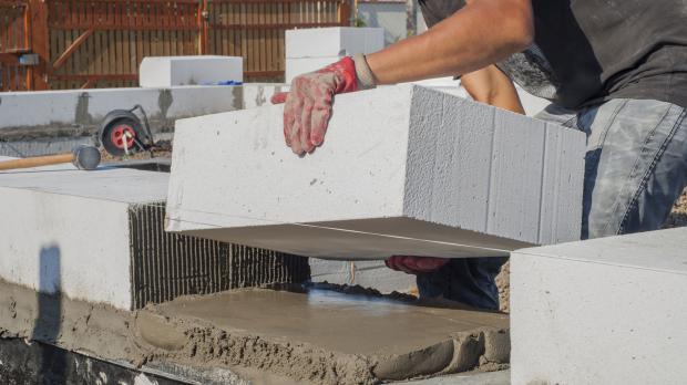 Bau einer Wand mit Leichtbeton