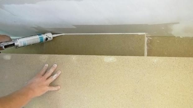 Fugen zur Wand werden mit Acryl verschlossen