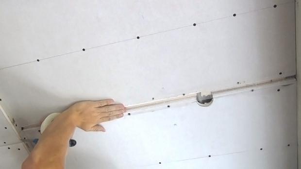 Als weitere Vorbereitung werden die Stöße der Rigipsdecke bandagiert