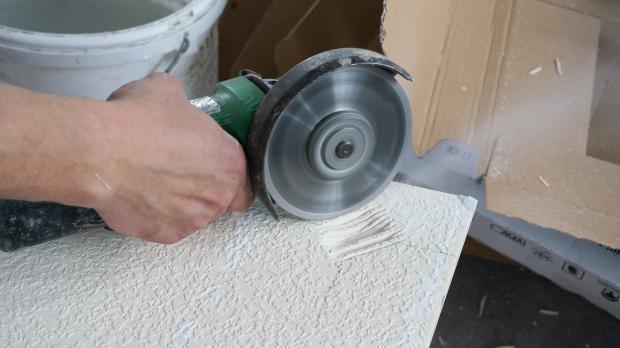 Loch schneiden: Fliese an der Rückseite mit dem Winkelschleifer ausdünnen