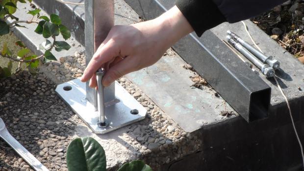 Fußplatte aufsetzen und Ankerschraube einsetzen