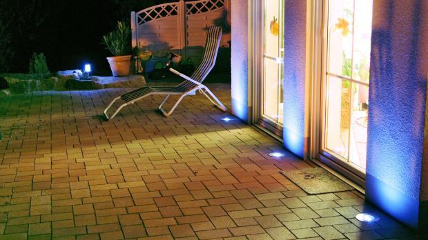 Stimmungsvolle Beleuchtung auf der Terrasse