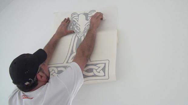 Tattoo nach und nach an die Wand kleben