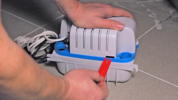 Sicherung der neuen Pumpe entfernen