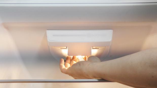 Bosch Kühlschrank Glühbirne Wechseln : Kühlschrank lampe geht nicht aus reparatur liebherr