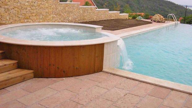 Poolbereich aus rotem Kalkstein
