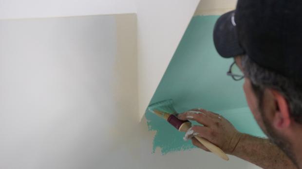 sockel streichen saubere farbkanten durch abkleben anleitung tipps. Black Bedroom Furniture Sets. Home Design Ideas