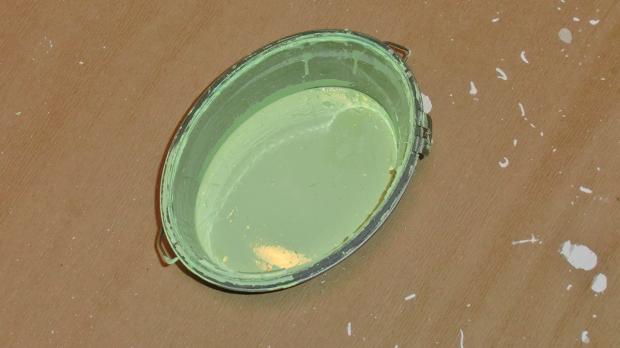 Farbeimer, um Ostereier zu bemalen
