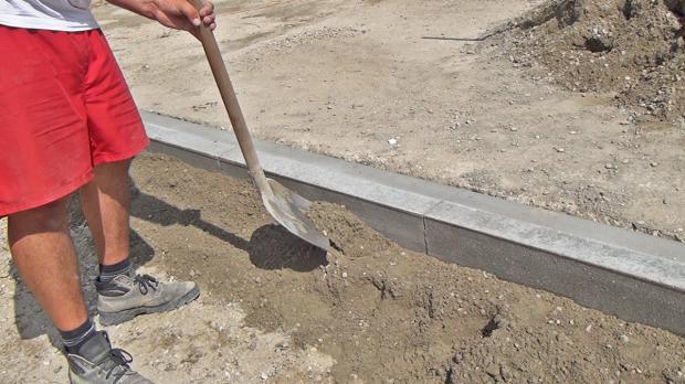 Betonbett aufschütten - Sockel formen