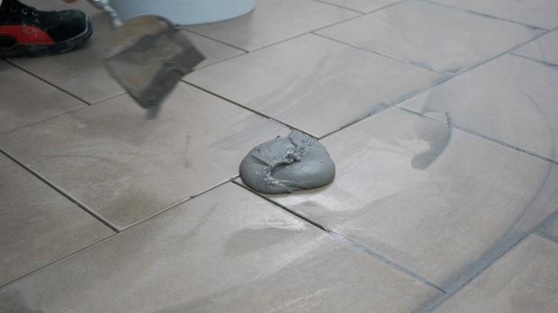 Fußboden Fliesen Spachteln ~ Bodenfliesen verfugen anleitung @ diybook.at