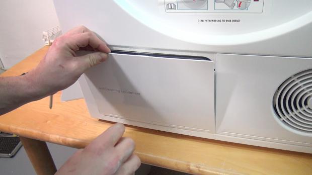 Wärmepumpentrockner: Wartungsklappe öffnen