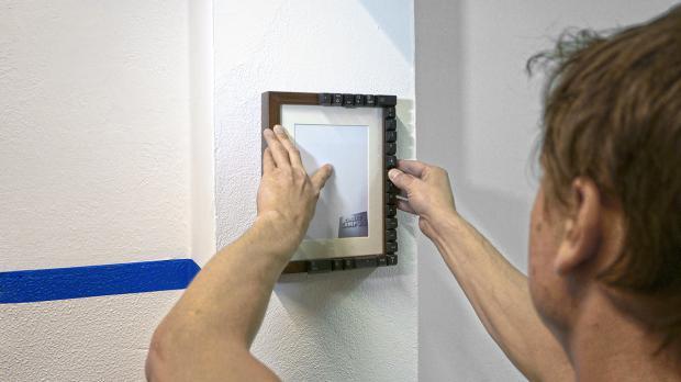 Bilderrahmen aufh ngen ohne bohren tipps und tricks - Spiegel aufhangen ohne bohren ...